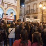 La plaza del Ayuntamiento de Bonares acoge la asamblea de la Plataforma