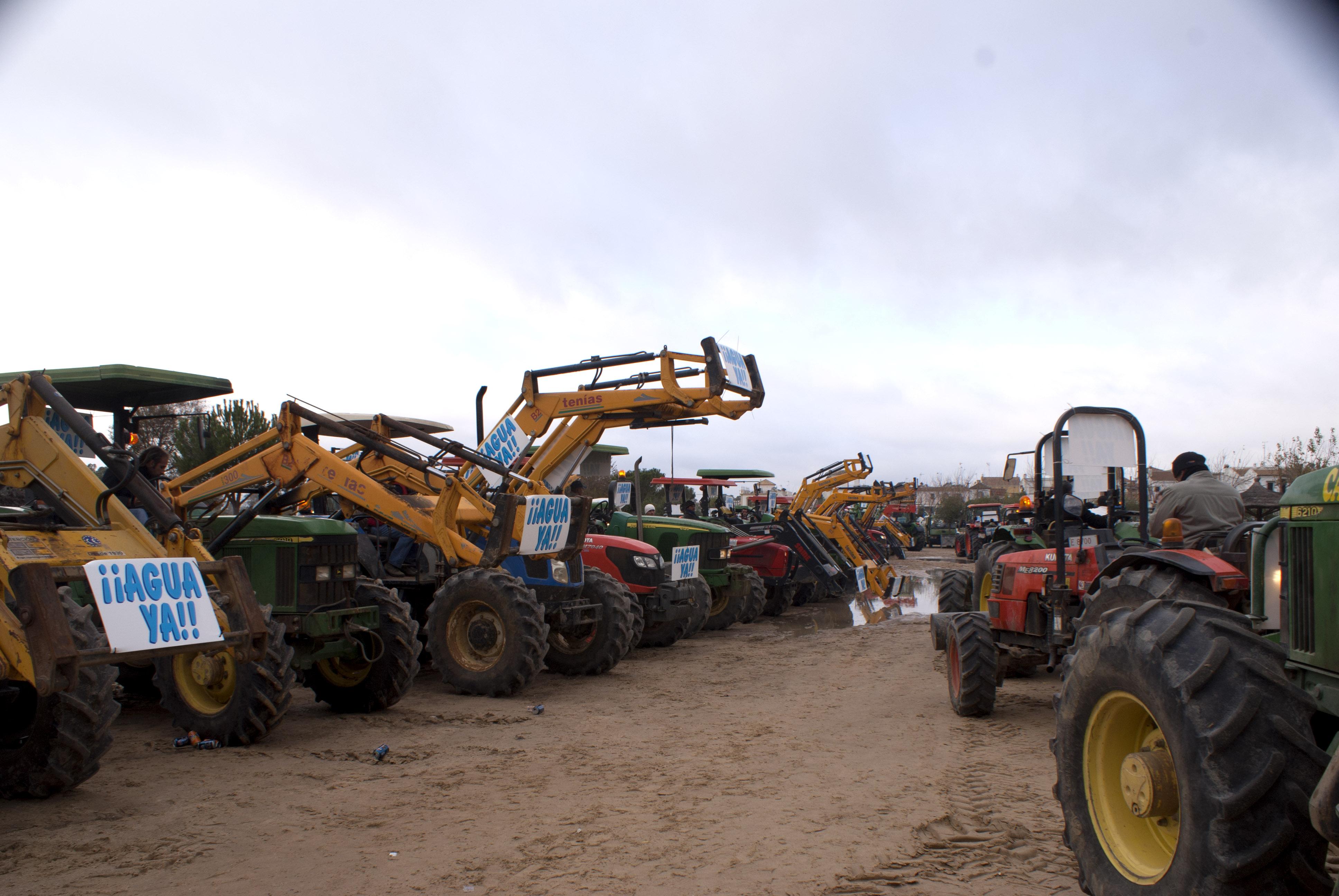Fila de tractores aparcados en El Rocío