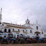 Tractores junto a la Ermita del Rocío.