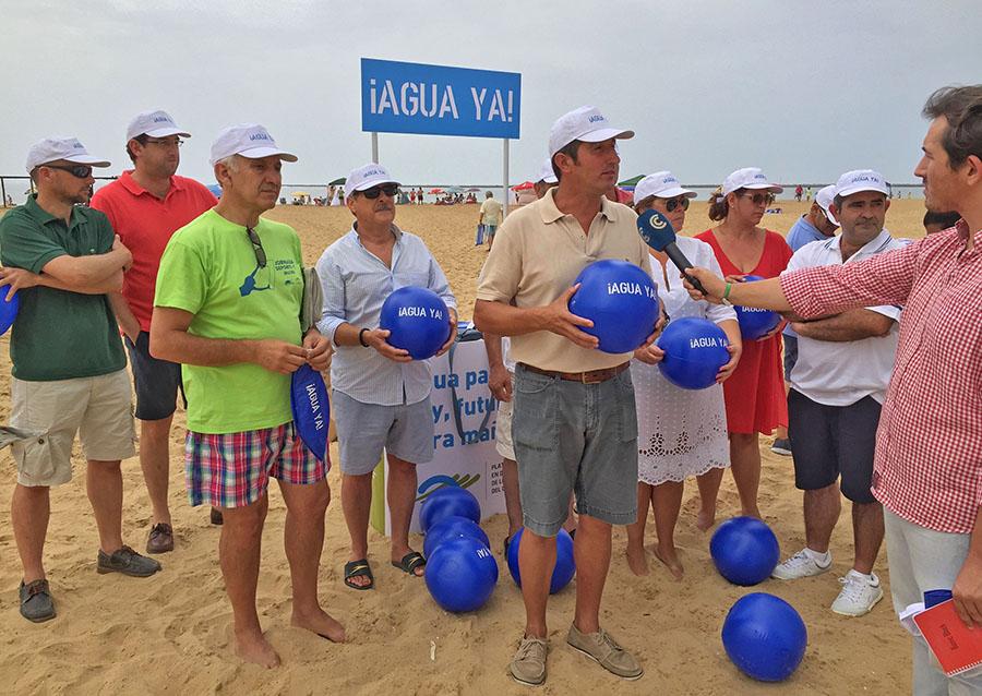 """La Plataforma pide """"¡Agua ya!"""" en las playas de Huelva"""